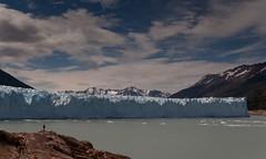 20091212 PNLG - Perito Moreno 126 (blogmulo) Tags: park travel parque patagonia man ice nature argentina silhouette trek landscape big ar paisaje glacier viajes national silueta glaciar nacional perito moreno 2009 glaciares blogmulo