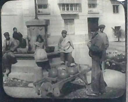 Aguadores en la Plaza de San Juan Bautista (hoy Juan de Mariana) a principios del siglo XX. Magic Lantern