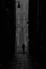Amici fotografi (s81c) Tags: bw bn venice venezia verticale vertical calle alley palazzi palaces canale canal canalgrande grandcanal amico friend fotografo photographer