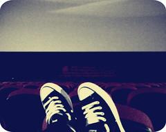 waiting for the movie. (Mylla) Tags: red cinema black film movie grey star all cine preto vermelho converse filme roxy cinza kuro mylla myyylla