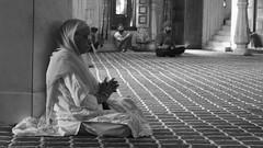 Mujer en el Gurdwara Bangla Sahib (Cyberian8) Tags: people blackandwhite bw india blancoynegro blackwhite asia gente noiretblanc delhi bn gent orang newdelhi humanos blancinegre   insanlar ljudi    mense  lesgens mnniskor crnobijeli   siyahvebeyaz svartochvitt  hitamdanputih schwarzundweis  swartenwit    diemenschen