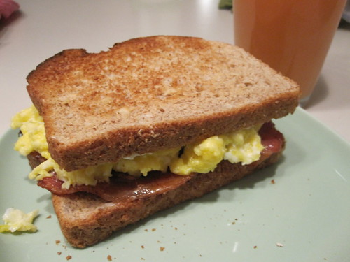 Bacon and egg sandwich with grapefruit juice at home