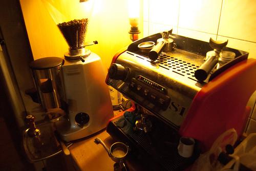 兩萬元的磨豆機跟八萬元的咖啡機。