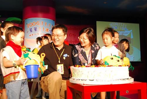 小蕃薯11歲慶生會_小蕃薯大家長-yam天空總經理鄭慶章 與 BabyBoss總經理林梅芳 攜手合作 共同宣布2010年的虛實整合計畫-2