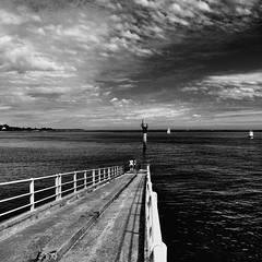 Point of view (Ipanem-2009) Tags: sky bw white nikon nuvole mare francia biancoenero normandia marea bretagna d90 blackwhitephotos homersiliad travelsofhomerodyssey