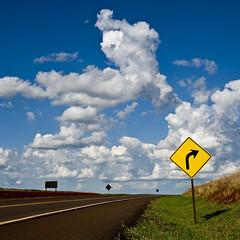 curva para as nuvens (Igor Alecsander Fotografia) Tags: road sign brasil ruta clouds landscape carretera right amarillo amarelo ap nubes nuvens parana asfalto placa ceu cartel rodovia campomourao sinalizacao direira