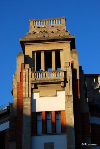 Vista parcial de una de las torres del Colegio de los Escolapios, en la esquina de la calle Leyre con la calle Olite.  Edificio diseñado por el arquitecto pamplonés Víctor Eusa.