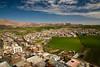 Les habitations et les champs cohabitent dans cette région fertile (Aréquipa, Pérou)