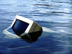 Drowning crt monitor (Manco-poncho-photo) Tags: water trash computer crt monitor cleaning litter drowning