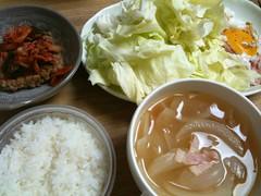 6/12晩御飯:ベーコンとタマネギのコンソメスープ、ベーコンエッ グ、山盛りキャベツ、キムチ納豆、ご飯