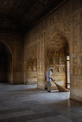 Sweeper in Agra Fort (@PAkDocK / www.pakdock.com) Tags: trip travel light people favorite india luz window topf25 stone ventana topf50 fort agra sweep pradesh sweeper uttar agrafort barrendero india2009june lpheritage