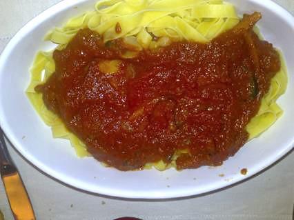 Pasta rellena con salsa de verduras