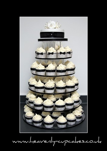 Black & White Polka Dot Wedding Cupcakes por Heavenly-Cupcakes.