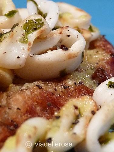 Anelli di calamaretti grigliati su pane salsa aioli