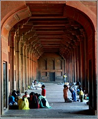 in the Mosque (Z Eduardo...) Tags: people india architecture asia fatehpursikri mosque unesco worldheritagesite islamic jamamasjid uttarpradesh superaplus platinumpeaceaward