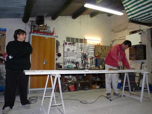 Dès quils rentrent du travail, Manu et Laurence se consacrent à leur grand projet : l'aménagement de leur maison, située Impasse de la rue Delbos.