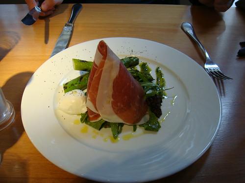 Espárragos a la plancha con jamón de Parma y mozzarella di Bufala