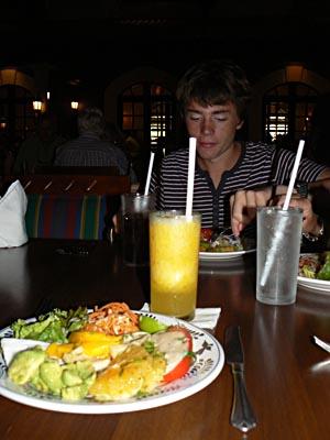 clem mangeant au Sisal.jpg