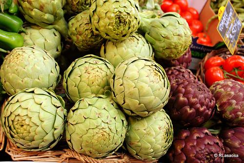 Alcachofas en el mercado central de Biarritz.