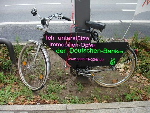 Mahnwache. Fahrrad ist Oper der Deutschen Banken