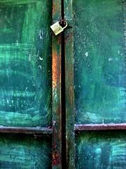 no podemos cerrar los ojos (pintas!) Tags: verde metal puerta colores oxido pintura hierro candado chabola