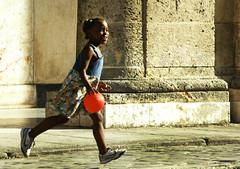 Nunca  tarde demais para se ter uma infncia feliz. (Anna_Fischer) Tags: street red girl smile childhood kid play havana cuba balloon liberdade felicidade happiness brincar sorriso rua criana bola vermelha habana menina paraleleppedo infncia simplicidade felizdiadascrianas