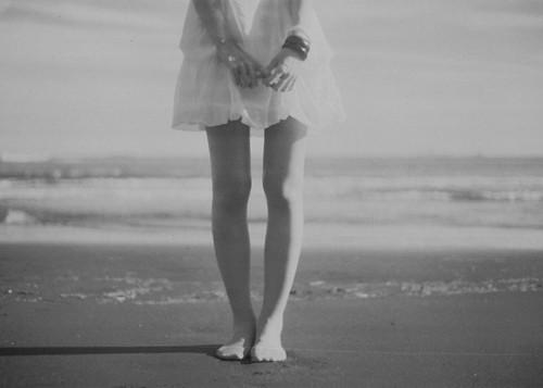 フリー画像| 人物写真| 女性ポートレイト| 足| モノクロ写真| ビーチ/海辺|      フリー素材|