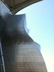 Museo Guggenheim Bilbao di Frank Gehry (chiccofratta) Tags: light shadow sunlight scale architecture frank arte arc gehry move bilbao guggenheim museo frankgehry vasco vizcaya spaces pais spagna torri vetro contemporanea louisikahn struttura artecontemporanea ascensori collezioni rotazione