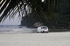 ... quando uma kombi vai  praia. (Chantal Wagner) Tags: sea brazil praia beach station brasil vw wagon mar sand rocks stuck areia push paulo sao so kombi pedras guaruj guaruja rochas atolada empurrando empurrada