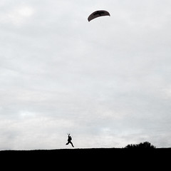 Kitesurfer in Olympiapark, Mnchen (Grzesiek:) Tags: park kite grass training munich mnchen bayern jump surfer hill kitesurfing practice olympic olympiapark kitesurfer