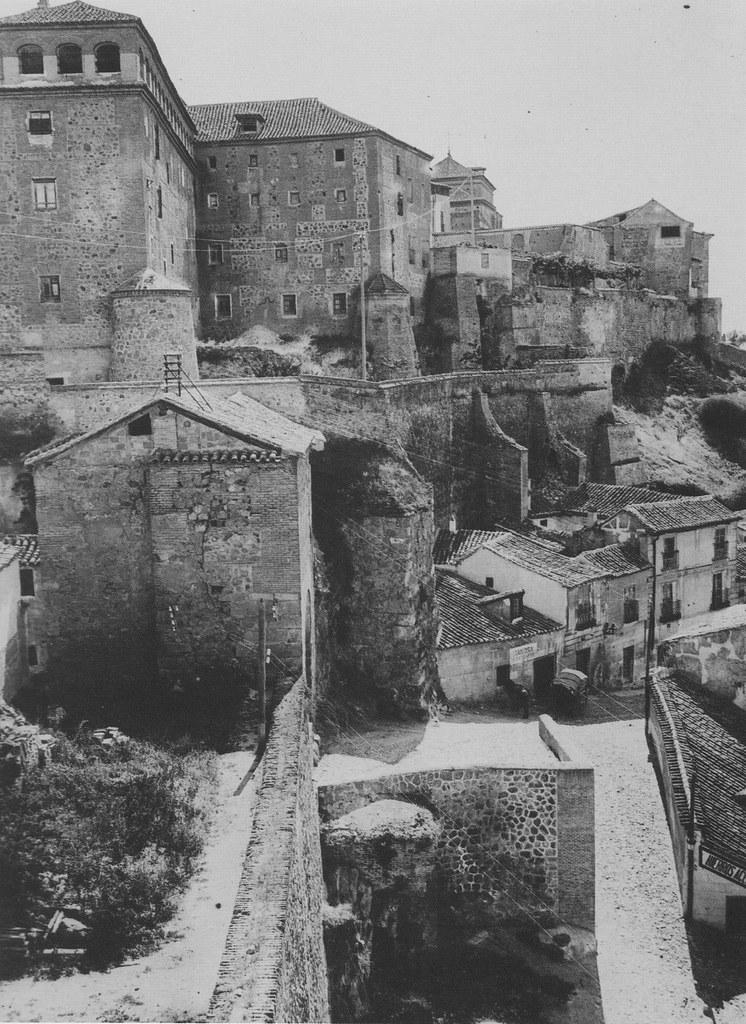 Puerta de Valmardón hacia 1915 vista desde la Puerta del Sol. Fotografía de Kurt Hielscher. The Hispanic Society of America