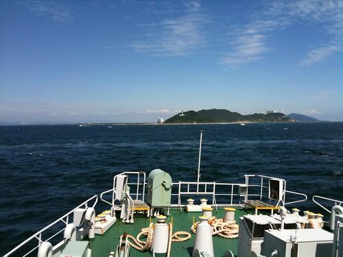 もうすぐ伊良湖岬。フェリーにアンテナがついてるのか、ソフトバンクでも伊勢湾フェリーの船内は、ずっとバリ3でした。
