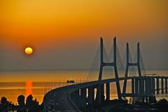 [フリー画像] [人工風景] [橋の風景] [夕日/夕焼け/夕暮れ] [橙色/オレンジ] [ポルトガル風景]      [フリー素材]