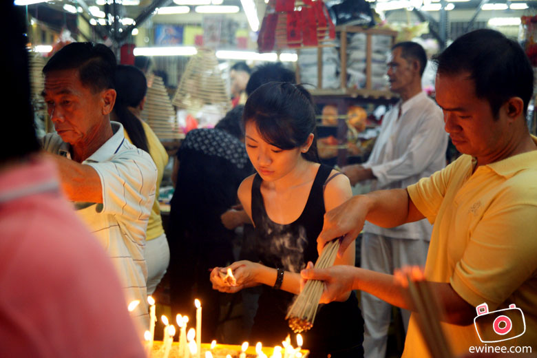 Ampang-Temple-Girl-lighting-up