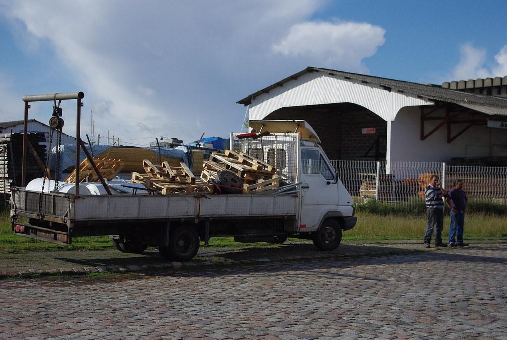 La famille Cortès récupère de la ferraille et des palettes. Son futur logement incluera une place de stationnement pour les deux camions et remorques. Photo AF