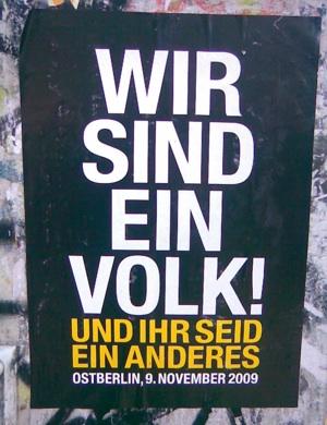 Ein Volk, poster affisso per il ventennale. Foto di Urri