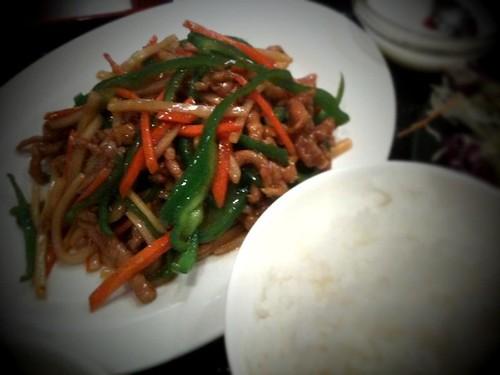 今日のランチは青椒肉絲定食。最近飯が美味い。