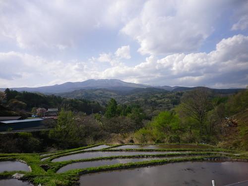 棚田の向こうに白根山
