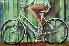 Fernando Dolinsky Photography (fernandodolinsky) Tags: summer sun hot green tattoo mujer legs bicicleta pies verano ruedas tatuaje calor piernas