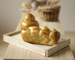 Miniature Brioche (PetitPlat - Stephanie Kilgast) Tags: french bread miniatures pain chocolate polymerclay patisserie bakery pastry minifood brioche eclair dollhouse miniaturefood miniaturen oneinchscale petitplat