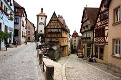Rothenberg - Plönlein und Siebersturm (jayinvienna) Tags: bar germany bayern deutschland bavaria gate strasse medieval middleages rothenburgobdertauber mittelalter romanticroad siebersturm plönlein romantiche kobolzeller