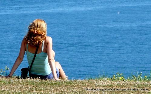 desconocida contempla el mar
