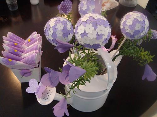mesa de jardim jumbo: flores para conseguir fazer esse efeito lindo nos centros de mesa dos