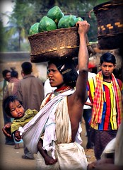 India - Orissa marzo 2008 (anton.it) Tags: people india donna women child mother mamma frutta orissa lavoro cesta bambino unaltraperlanera platinumheartaward internationalgeographic stradafacendovedrai