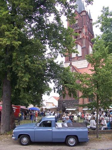 Kirchgarten und Oldtimer