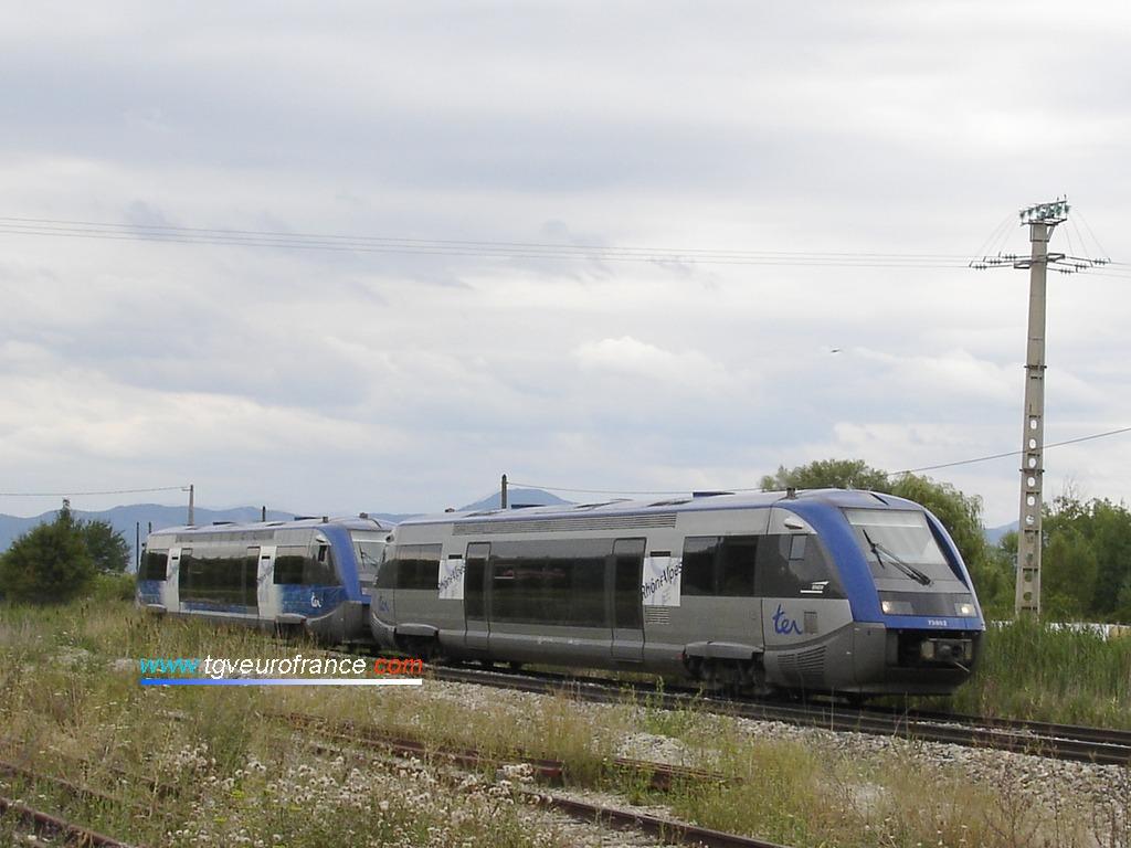 Deux automoteurs Diesel ATER de la SNCF du dépôt de Lyon-Vaise vont marquer l'arrêt en gare de La Freissinouse.