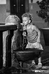 L'angelo della fontana (carlo tardani) Tags: bw del piano toscana fontana grosseto biancoenero castel bambina nikond300 ritrattidiof artofimages bestcapturesaoi