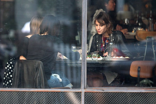 Preppie_-_Alexa_Chung_eating_dinner_on_Abbot_Kinney_in_Venice_Beach_-_October_8_2009_164