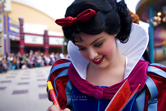 (Doue ) Tags: france girl beautiful pen canon europe bokeh disneyland signature 5d snowwhite peaple 24105mm isospeed160