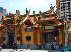 Missing Malaysia (Mario_Basaglia) Tags: old hot temple town warm dragon chinese malaysia scooters penang malesia palau isola umido cinese tempio caldo scritte anziana draghi gearge